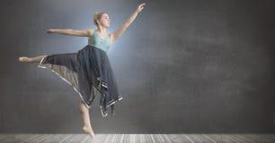 跳舞灰色室和墙壁的舞蹈家 库存照片