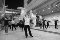 跳舞狂热舞的妇女夜 免版税库存照片