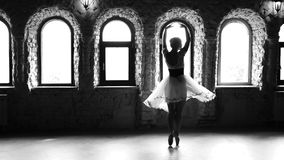 跳舞现代的芭蕾舞剧的慢动作年轻女人 股票录像