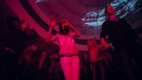 跳舞男人和妇女低广角射击夜总会的 股票录像