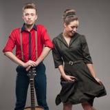 跳舞的减速火箭的年轻夫妇 免版税图库摄影