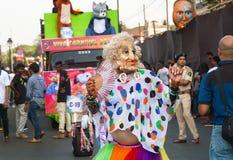 跳舞的妇女的滑稽的角色的人们使用在传统印地安人果阿狂欢节的人群 库存图片