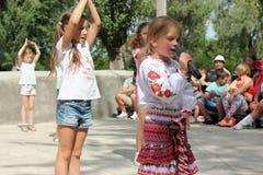 跳舞的孩子唱歌和 免版税库存照片