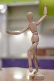 跳舞的木玩偶。 库存照片