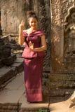 跳舞的柬埔寨女孩在吴哥市古老大厦的高棉礼服  免版税库存照片