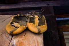 跳舞的民间传说的巴尔干传统鞋子 免版税库存图片