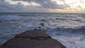 跳舞的波浪风景视图在海的 从Seaford的看法 股票视频