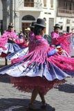 跳舞的秘鲁妇女 免版税库存照片