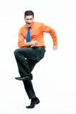 跳舞的英俊的愉快的人桔子衬衣 免版税图库摄影