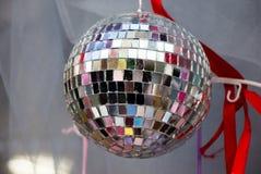 跳舞的迪斯科球在迪斯科俱乐部 图库摄影