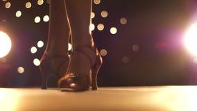 跳舞的鞋子令人惊讶的英尺长度在走向在明亮的背景的照相机的高女性腿特写镜头的 影视素材