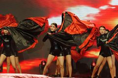 跳舞红色和黑妇女企业家商会庆祝 图库摄影