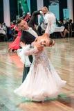 跳舞缓慢的华尔兹或探戈的竞争者 图库摄影