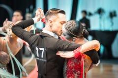 跳舞缓慢的华尔兹或探戈的竞争者 库存图片