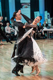 跳舞缓慢的华尔兹或探戈的竞争者 免版税图库摄影