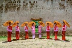 跳舞美丽的十几岁的女孩显示游人 免版税图库摄影