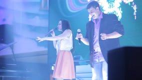 跳舞美丽的妇女唱歌和 性感的女歌手 音乐会的歌手 封面乐队唱歌在节日 驱动 股票视频