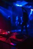 跳舞脱衣舞女孩的剪影在有DJ搅拌器和酒吧的一个夜总会 免版税库存图片