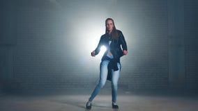 跳舞节律唱诵的音乐的黑夹克的大胆的性感的女孩 影视素材