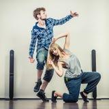 跳舞节律唱诵的音乐的年轻人和妇女夫妇  库存照片