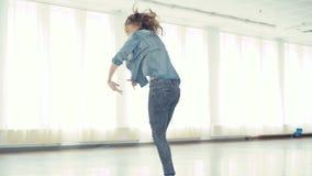 跳舞节律唱诵的音乐的年轻俏丽的女孩在4K的舞蹈演播室 影视素材