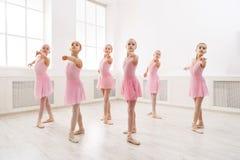 跳舞芭蕾的小女孩在演播室 免版税库存照片
