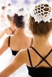 跳舞芭蕾的小女孩 免版税库存照片