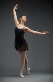 跳舞芭蕾舞女演员全长画象有被伸出的胳膊的 库存照片