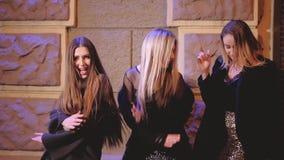 跳舞街道庆祝的党夜醉酒的女孩 股票视频