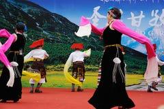 跳舞西藏人妇女 免版税库存照片