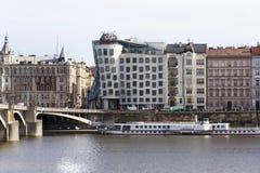 跳舞议院,起绰号弗雷德和姜,在1996年完成Nationale-Nederlanden的由弗拉多Milunic和弗兰克・盖里 库存图片