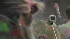 跳舞许多年轻的人,获得乐趣在Holi费斯特五颜六色的喷漆在空气 股票视频