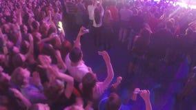 跳舞许多的青年人,享受音乐,摄制在阶段的展示在音乐会期间 股票视频