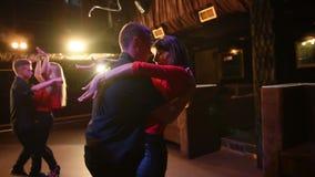 跳舞辣调味汁,bachata,在露天党的拉丁舞蹈的年轻精力充沛的有吸引力的夫妇在平衡时间 影视素材