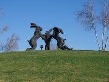跳舞野兔雕塑 库存照片