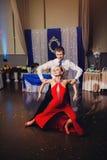 跳舞阿根廷探戈的男人和妇女 免版税库存图片