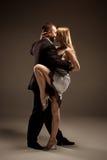 跳舞阿根廷探戈的男人和妇女 免版税图库摄影