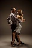 跳舞阿根廷探戈的男人和妇女 图库摄影