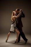 跳舞阿根廷探戈的男人和妇女 免版税库存照片