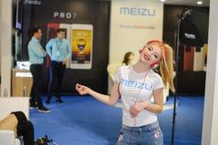 跳舞陈列乌克兰时尚星期的耳机的Meizu女孩 库存图片