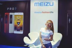 跳舞陈列乌克兰时尚星期的耳机的Meizu女孩 库存照片