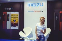 跳舞陈列乌克兰时尚星期的耳机的Meizu女孩 免版税库存照片