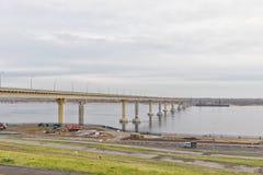 `跳舞`桥梁通过有新的被带领的色的光的伏尔加河在多云天气的白天期间 库存照片