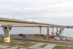 `跳舞`桥梁通过有新的被带领的色的光的伏尔加河在多云天气的白天期间 免版税库存图片