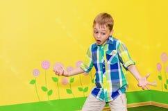 跳舞绿色牛仔裤男性诉讼少年顶部年轻人的成人非常黑色男孩舞蹈 免版税图库摄影