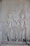 跳舞Apsaras在墙壁上的老高棉艺术雕刻在吴哥 免版税库存图片