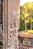 跳舞Apsaras的秀丽一老高棉艺术沙子石雕刻在墙壁上的Apsara状态在世界遗产,暹粒,柬埔寨 库存图片