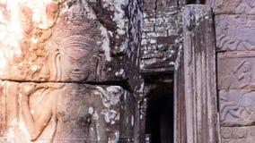跳舞Apsaras的秀丽一老高棉艺术沙子石雕刻在墙壁上的Apsara状态在世界遗产,暹粒,柬埔寨 库存照片
