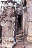 跳舞Apsaras的秀丽一老高棉艺术沙子石雕刻在墙壁上的Apsara状态在世界遗产,暹粒,柬埔寨 免版税库存照片