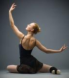跳舞Backview在地板跳芭蕾舞者的 免版税库存图片
